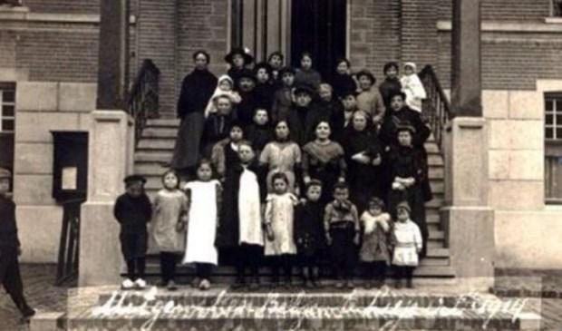 Belgische vluchtelingen op de trap voor het gemeentehuis.