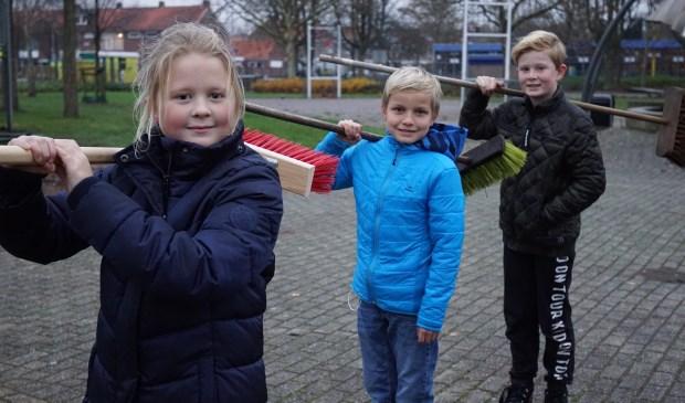 SuperSchoon-ambassadeursThijs, Evelien en Guido roepen iedereen op om mee te doen aan het nieuwjaarsvegen in Lisserbroek.