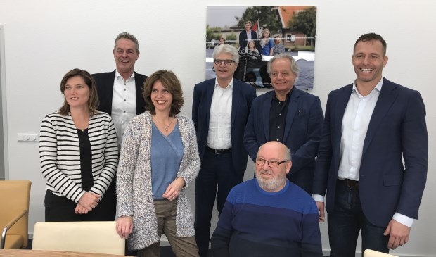 Jolanda Langeveld (wethouder Lisse), Anne de Jong (wethouder Hillegom), Ingrid Tijsen (voorzitter HBVB), Hans Al (directeur-bestuurder Stek), Cor Vink (voorzitter HBT), Peter Pinkhaar (directeur-bestuurder Vooruitgang), Bas Brekelmans (wethouder Teylingen).