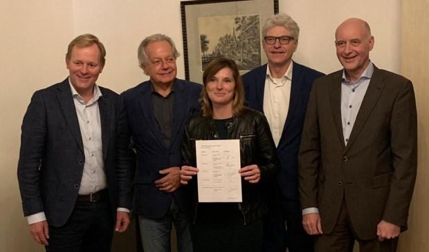Wethouder Van Trigt (Hillegom), Langeveld (Lisse) en Van Kempen (Teylingen) ondertekenen het convenant samen met woningstichting-bestuurders Peter Pinkhaar (Vooruitgang, tweede van links)) en Hans Al (Stek, tweede van rechts).