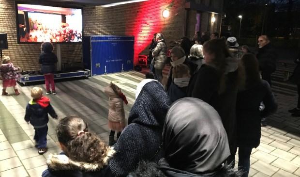 Buiten konden ouders en andere familie livestream meekijken.