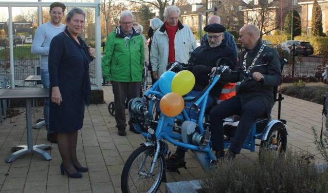 Burgemeester en fietsmaatje Emile Jaensch reed even na tien uur met Wim, bewoner van Hofwijck, de Hazenboslaan op richting het ontvangstcomité. | Foto Ed Patijn