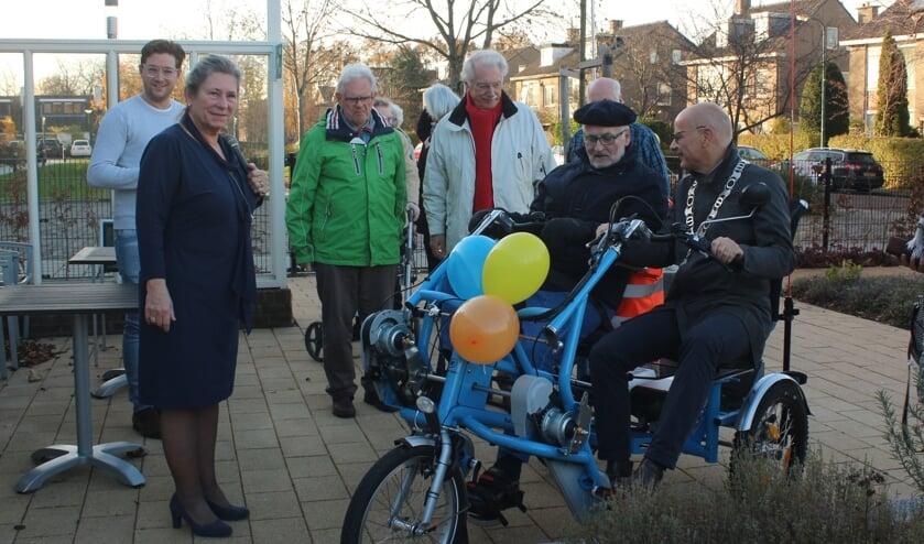 Burgemeester en fietsmaatje Emile Jaensch reed even na tien uur met Wim, bewoner van Hofwijck, de Hazenboslaan op richting het ontvangstcomité.   Foto Ed Patijn