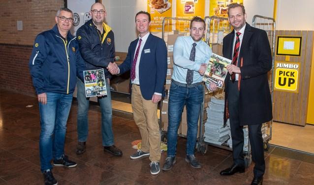Vertegenwoordigers van beide Oegstgeester voetbalclubs samen met bedrijfsleiders Rien de Haas en Bjorn Sierra.   Foto Lichtenbeldfotografie