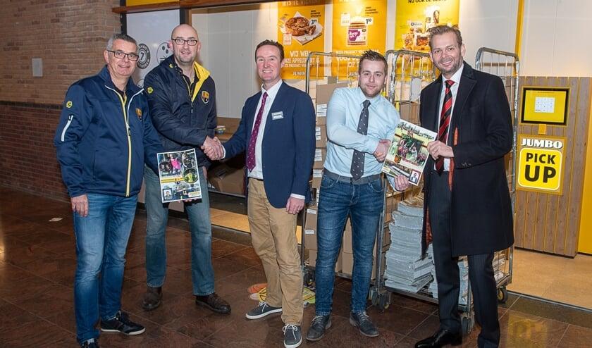 Vertegenwoordigers van beide Oegstgeester voetbalclubs samen met bedrijfsleiders Rien de Haas en Bjorn Sierra. | Foto Lichtenbeldfotografie
