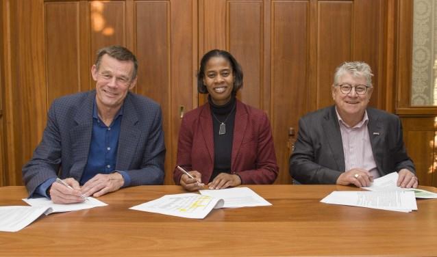 Vanaf links: Henri de Jong (wethouder Wonen), Merlien Welzijn (bestuurder Woningstichting Sint Antonius van Padua) en Sjaak Geerlings (voorzitter Stichting Huurdersbelangen Noordwijkerhout en De Zilk). | Foto: Willem Krol