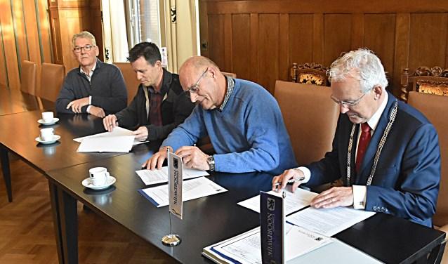 Theo Passchier, Willem Passchier en burgemeester Jan Rijpstra ondertekenden de overeenkomst. | Foto: PvK