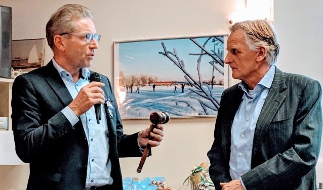 Frans Biemond (l) overhandigt de voorzittershamer aan Philip van der Post. | Foto: pr.