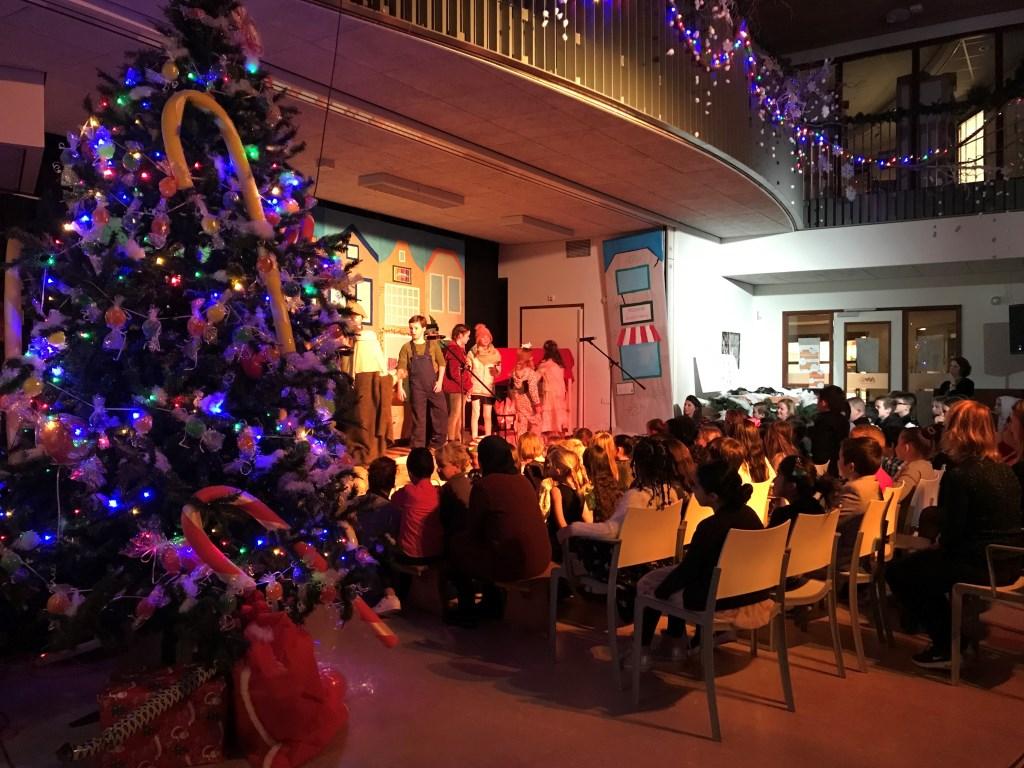 De kerstmusical binnen.  Foto: PR © uitgeverij Verhagen