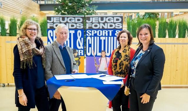 V.l.n.r. Marijke Menting (beleidsmedewerker gemeente), John van den Berg (bestuurslid Jeugdfonds), Linda Hogervorst (coördinator Jeugdfonds) en Angelique Beekhuizen (wethouder Leiderdorp).