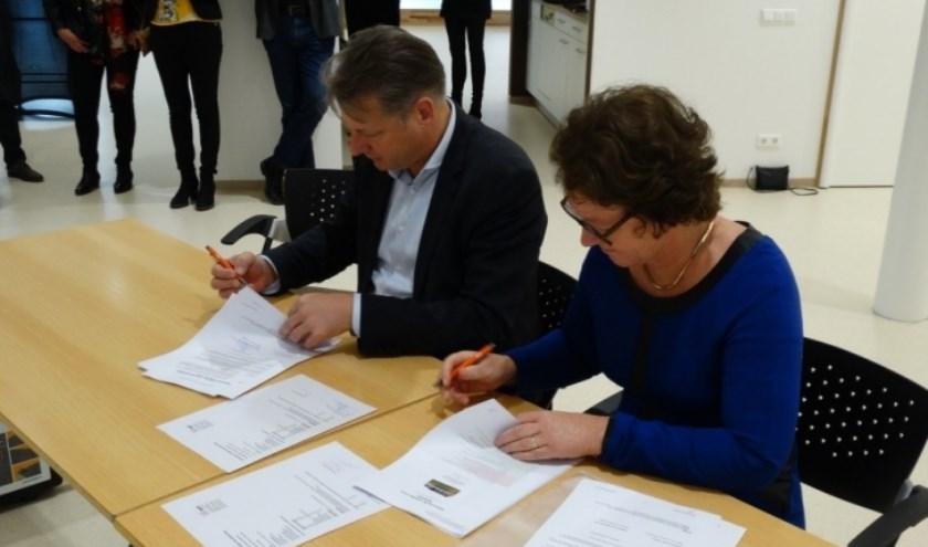 Geron Verdellen, directeur SMT Bouw & Vastgoed en Sylvia Spierenburg, bestuurder van Sophia Scholen bij de ondertekening.