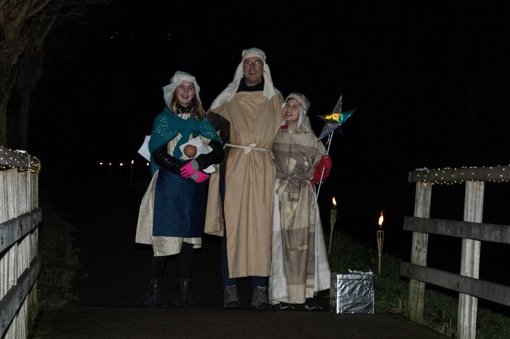 'Jozef en Maria' begroetten de bezoekers van de kerstnachtdienst.  Foto: F.J. Onvlee © uitgeverij Verhagen