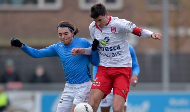 Emiel Wendt in duel met Sammie Fiddani van De Dijk. | Foto: OrangePictures