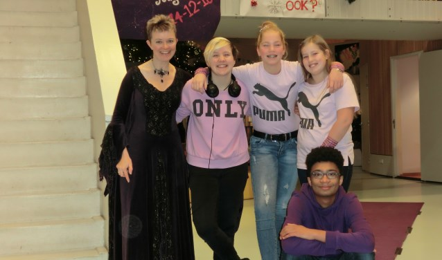 Op Paarse Vrijdag dragen docenten en leerlingen iets paars, rose of regenboogkleuren.