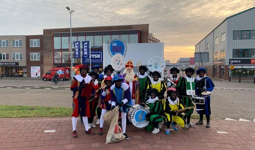 Sinterklaas en zijn helpers samen met de pietenband.
