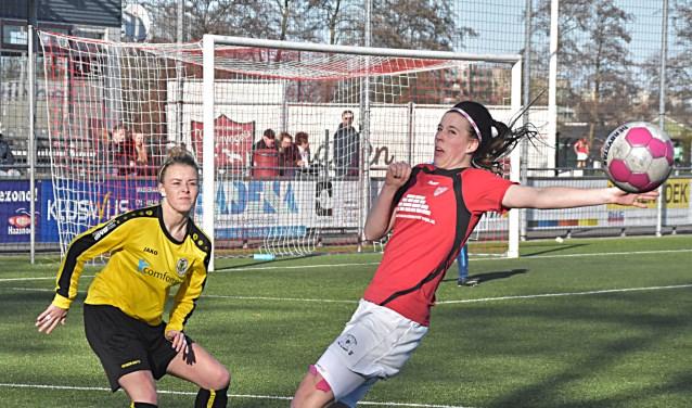 Claudia Owel (17) speelt hier geen handbal al lijkt dit zo. | Foto: Piet van Kampen