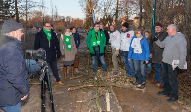 De klachten van bewoners komen goed aan; raadsleden kwamen naar de Poelsteeg om stop te controleren.| Foto: Wil van Elk.