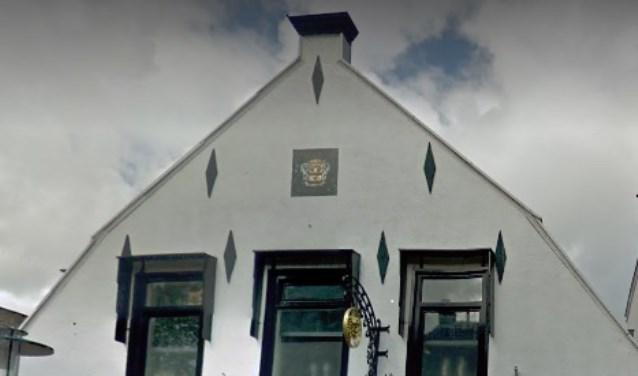 De gevel van Hoofdstraat 180 heeft een gevelsteen én een uithangbord. | Foto: Google Maps