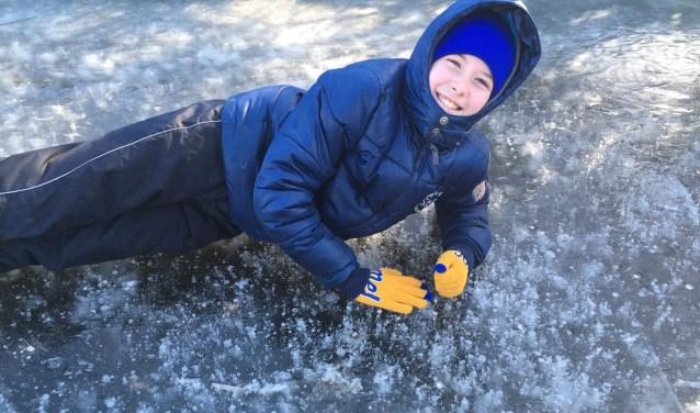 Jan van Wieringen is er klaar voor:  op de sloot bij de Pilarenlaan ligt al een mooie ijslaag! | Foto: met dank aan Hanneke van Wieringen