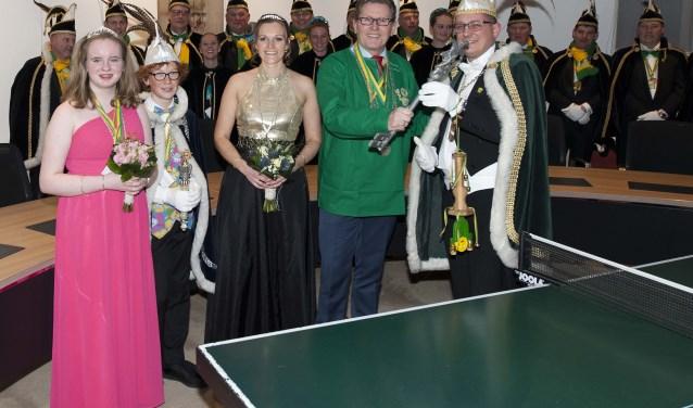 Wethouder Van Duin overhandigt de sleutel aan het prinselijk paar. | Foto: Ina Verblaauw