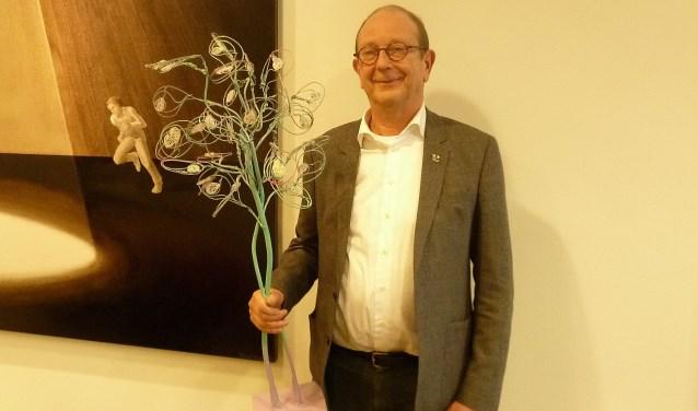 Wethouder Adri de Roon met een verkleinde replica van de kunstboom.
