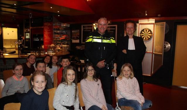Agent René Nieuwenhuizen en advocaat Daniëlle van den Hoogen en de kids in Solution. | Foto: Annemiek Cornelissen