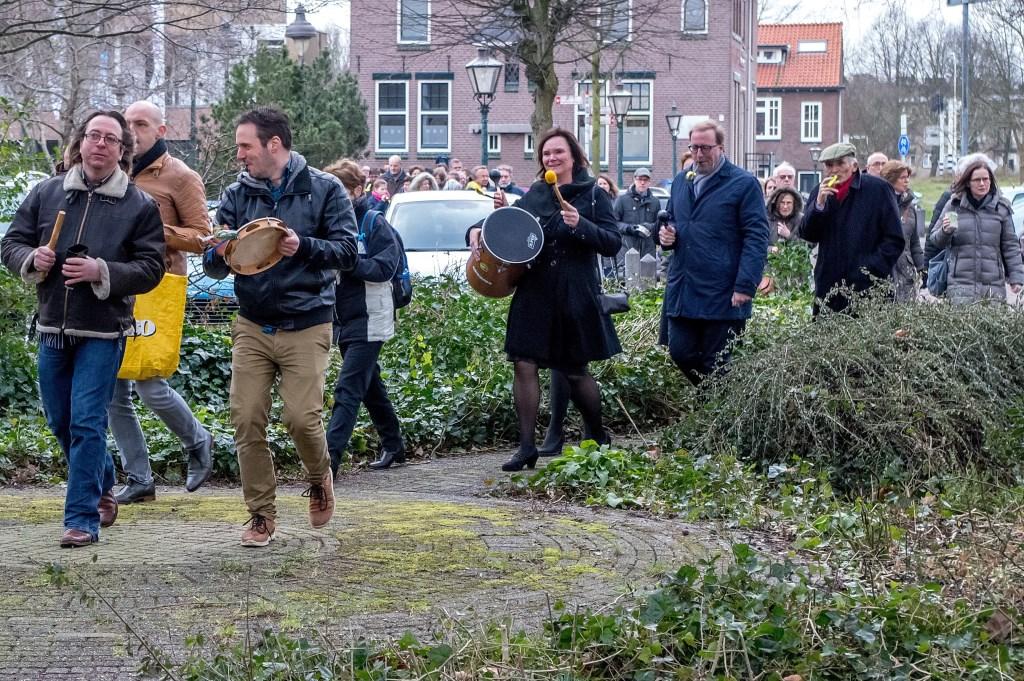 De muzikale stoet van de Dorpskerk naar de Berkenkade.    Foto: Johan Kranenburg © uitgeverij Verhagen