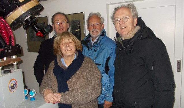 Buiten onder de sterrenhemel bij de telescoop: burgemeester Gerrit Goedhart, burgemeester Jan Rijpstra, Henny en IJsbrand van Straalen.