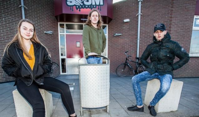 Vrijwilligers van Scum bij het jongerencentrum  aan het parkeerterrein de Noordduinen. | Foto: Adrie van Duijvenvoorde