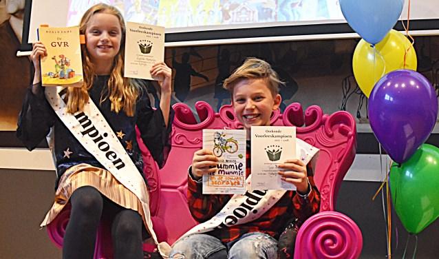 Liselotte Markesteijn en Tygo Houwaart gaan door naar de volgende ronde voorleeswedstrijd. | Foto: Piet van Kampen