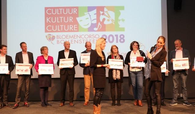 Esther Noordermeer draagt het potlood over aan de nieuwe corso-ontwerper Lucinda van der Ploeg. | Foto: PR