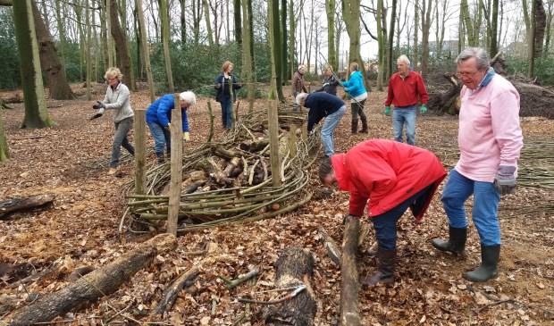 Leden van de Rotary Oegstgeest helpen mee in het Overbosch. | Foto: pr.