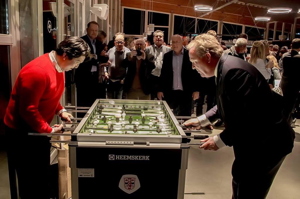 Paul Catsburg van Sport2000 en Kees van der Burg doen een spelletje tafelvoetbal. Foto: Johan Kranenburg © uitgeverij Verhagen