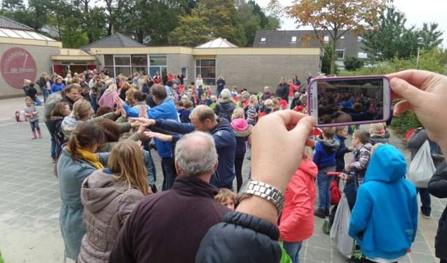 Leerlingen nemen in oktober 2015 afscheid van het oude schoolgebouw van de Waaier aan de Geestlaan in Warmond. | Foto: archief