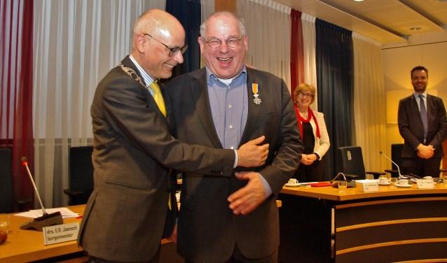 Burgemeester Emile Jaensch feliciteert Tim van Tongeren als eerste met zijn Koninklijke onderscheiding. | Foto Willemien Timmers