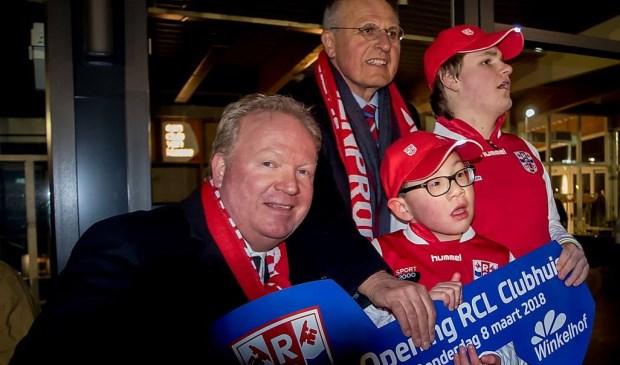 Voorzitter Kees van der Burg van RCL (geheel links) heeft net de sleutel overhandigd gekregen van Pierre van Overloop van de BOSG.