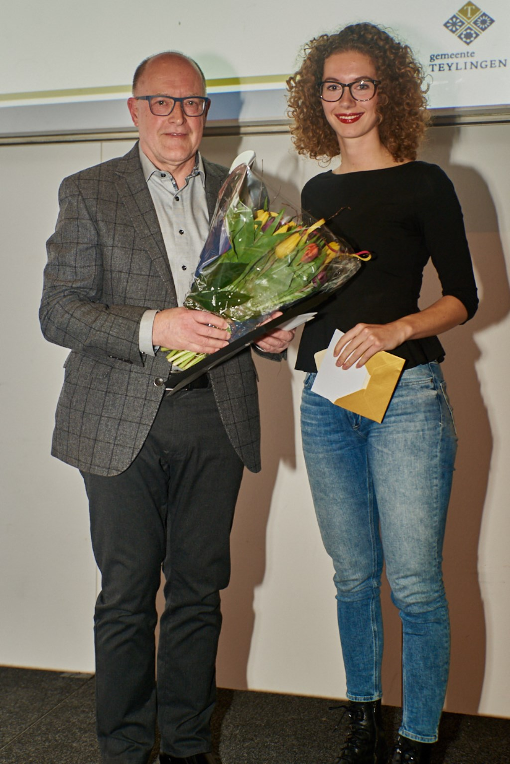 Jan Randsdorp van de Warmondse IJsclub krijgt de Sportbegeleidersprijs uitgereikt door Lisa van der Geest. | Foto: pr./René van Dam Foto: pr./René van Dam © uitgeverij Verhagen