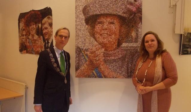 De burgemeester en Monique van der Kamp bij het portret van prinses en voormalig koningin Beatrix. | Foto: Piet de Boer)