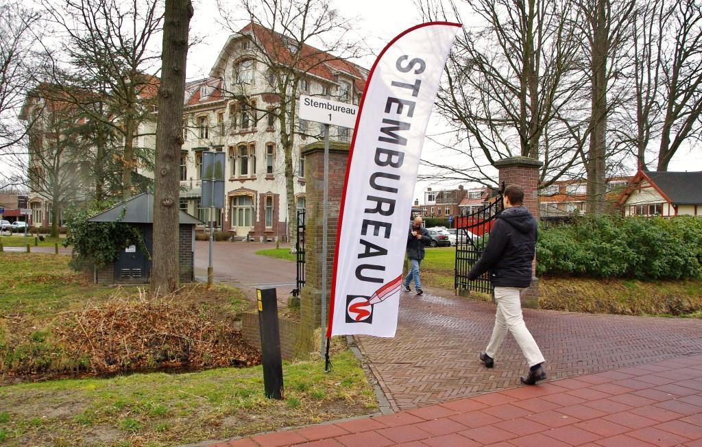 Stembureau 1, het gemeentehuis, is op woensdag 21 maart open tot 21.00 uur. Daarna is er de verkiezingsavond.   Foto Willemien Timmers  © uitgeverij Verhagen