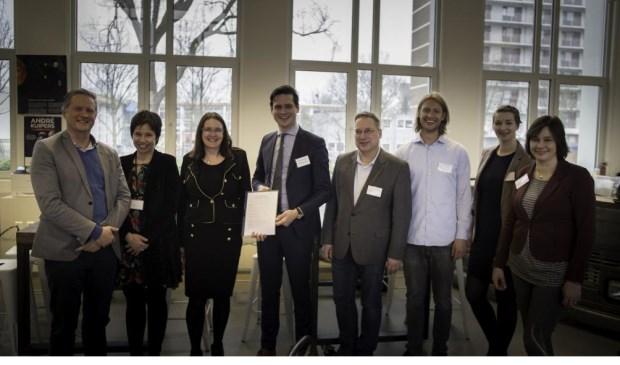 Marc van Buuren (Fio Hillegom, links) en Astrid Buijs (Fio Lisse, rechts) bij de ondertekening van de intentieverklaring in februari.