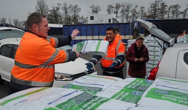 Bij de Milieustraat aan de Vennestraat in Lisse kunnen per huishouden gratis vier zakken compost worden opgehaald.
