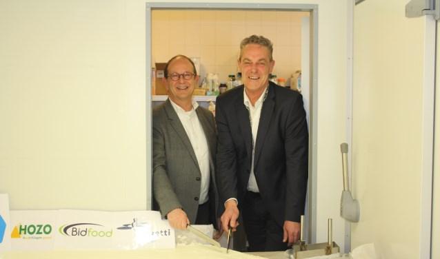 In de koelcel is geen ruimte meer voor Adri van Roon (l) en Anne de Jong om de taart aan te snijden. | Foto en tekst: AC