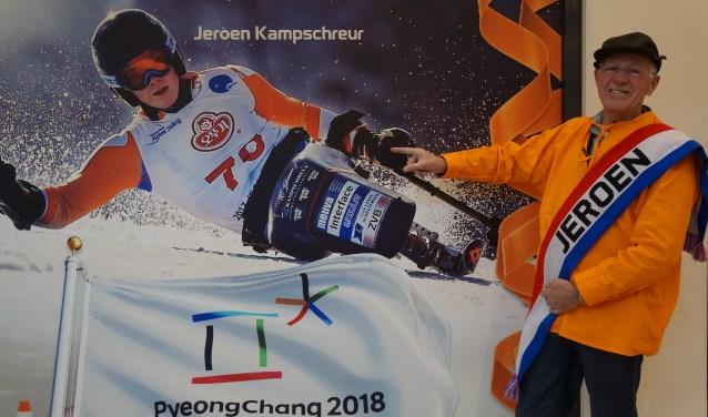 Piet van Leeuwen bij de grote foto van zijn kleinzoon Jeroen Kampschreur die hangt in de etalage van Sport2000 in Winkelhof.