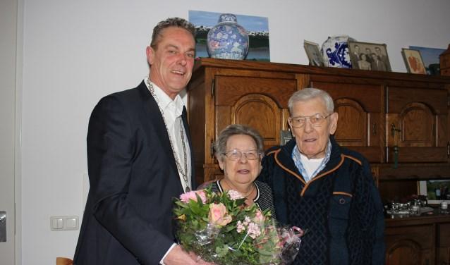 Uiteraard krijgt het bruidspaar bezoek van (in dit geval) de loco-burgemeester, Anne de Jong. | Foto: Annemiek Cornelissen