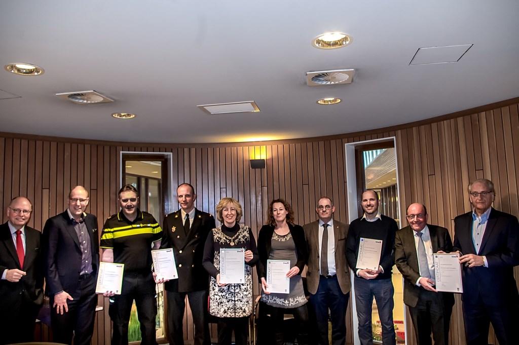 Procesbegeleider R. de Koning (geheel links) reikte het certificaat 'Basis samenwerken' uit aan de betrokkenen van Quartier a4.