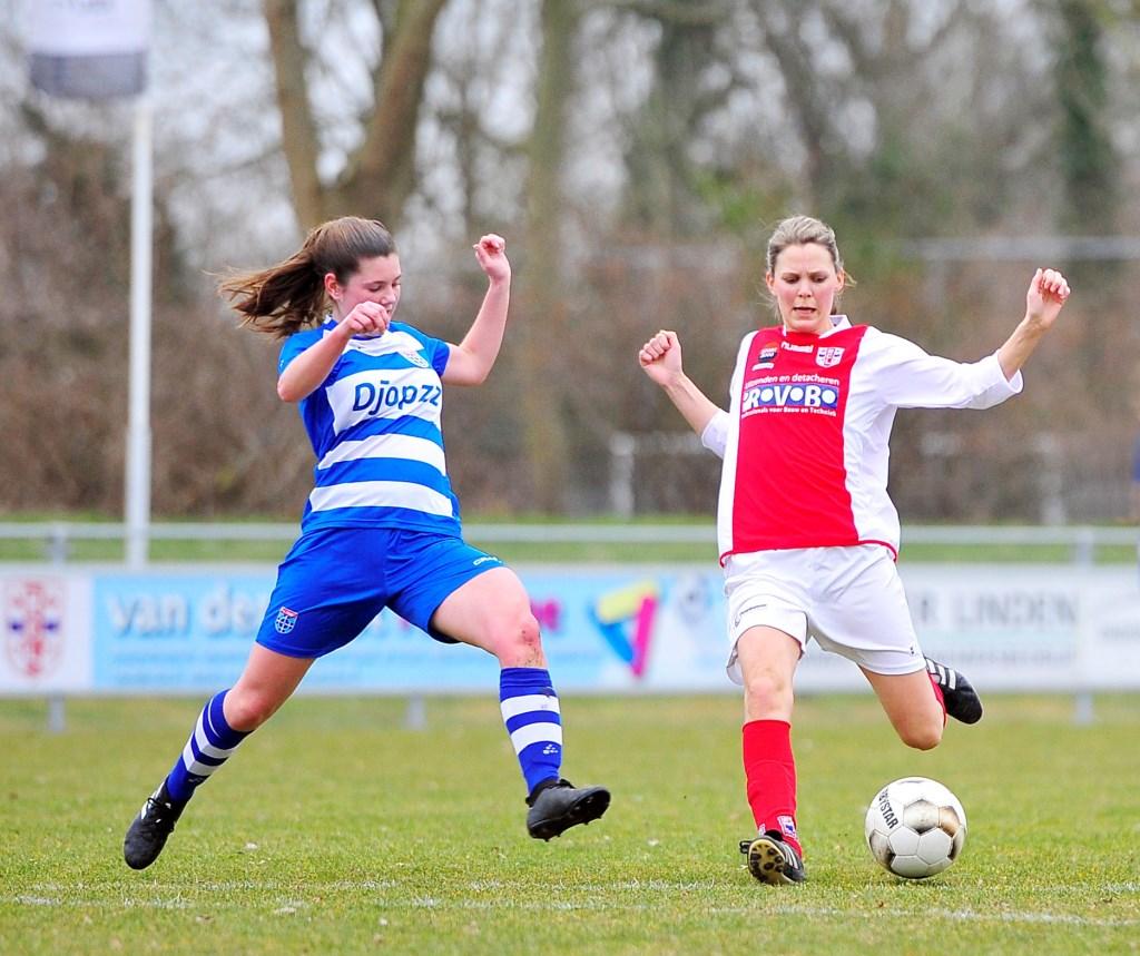 Marijke van den Berg haalt uit en zorgt voor de tweede treffer van RCL. Foto: Gert Jan van Heijningen © uitgeverij Verhagen