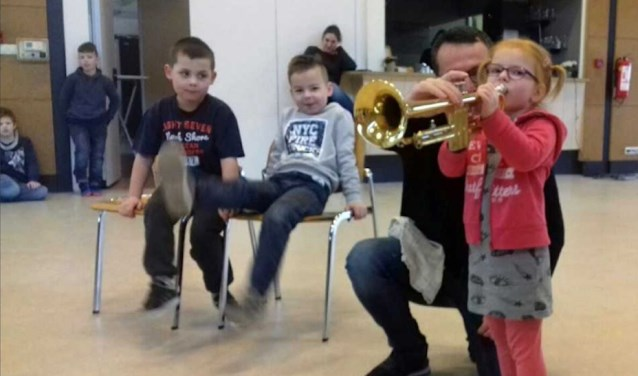 De kinderen maakten kennis met verschillende instrumenten, waaronder een trompet.