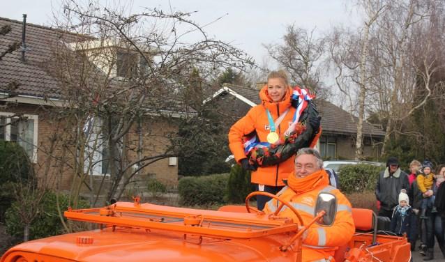 In een oranje jeep werd de Olympisch kampioene bij haar ouderlijk huis. | Foto: Annemiek Cornelisse