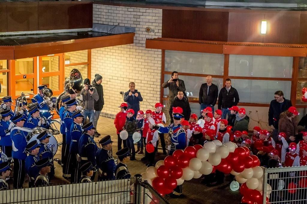 De RCL jeugd, vooraf gegaan door Tamarco, komt aan bij het nieuwe clubgebouw. Foto: Johan Kranenburg © uitgeverij Verhagen