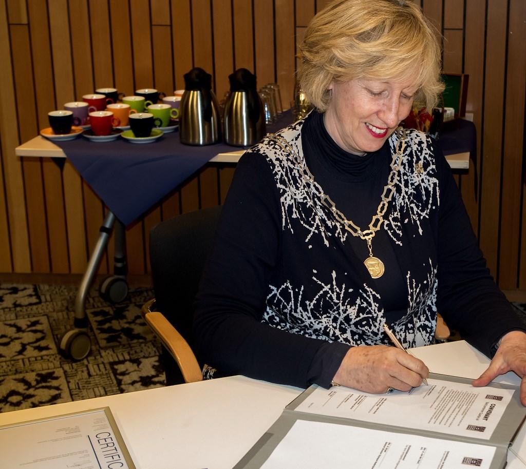 Burgemeester Laila Driessen tekent het KVO-B convenant.  Foto: Johan Kranenburg © uitgeverij Verhagen